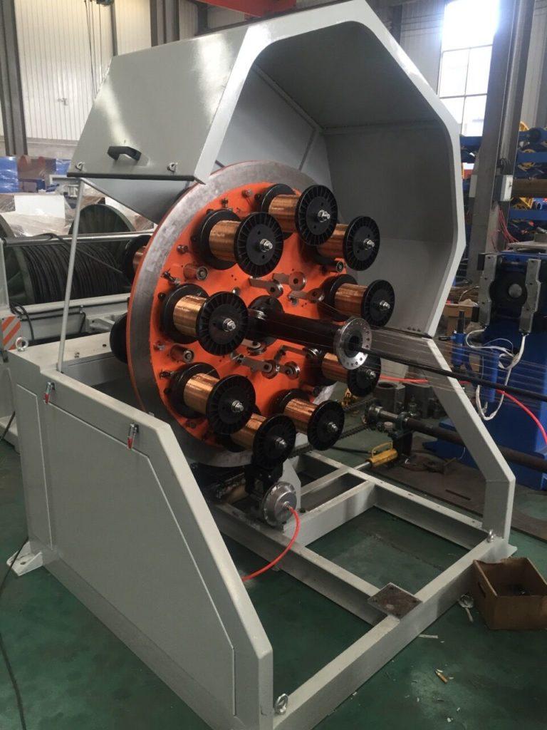 Линия предназначена для наложения проволочной брони на кабель. Принцип работы повивной машины основан на равномерном распределении проволок по внешнему диаметру изделия путем концентрической обмотки. Проволоки обмотки могут обматываться как в одном направлении так разнонаправлено. Основные характеристики: Две клети по 18 катушек Диаметр оплетаемого кабеля 10-35 мм Мощность главного двигателя 5,5 кВт Оборотов клети — 80 об/минуту
